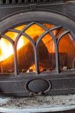Primo piano del legno bruciante del fuoco in camino domestico fotografia stock libera da diritti