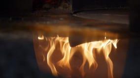 Primo piano del legno del fuoco che brucia nella riflessione del forno della pizza Pagina Pizzeria italiana e forno tradizionale  video d archivio