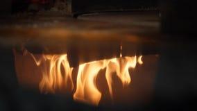 Primo piano del legno del fuoco che brucia nella riflessione del forno della pizza Pagina Pizzeria italiana e forno tradizionale  archivi video