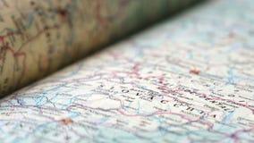 Primo piano del libro dell'atlante della mappa della Slovacchia stock footage