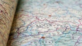 Primo piano del libro dell'atlante della mappa della Slovacchia video d archivio