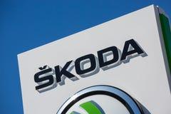 Primo piano del logo di skoda sulla lavagna Immagine Stock