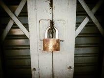 Primo piano del lucchetto della porta di serratura del metallo Fotografia Stock