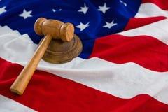 Primo piano del martelletto sulla bandiera americana Fotografia Stock