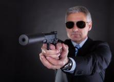 Primo piano del maschio con la rivoltella Fotografie Stock Libere da Diritti
