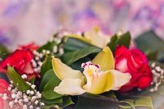 Primo piano del mazzo delle rose e di Alstroemeria Fotografia Stock Libera da Diritti