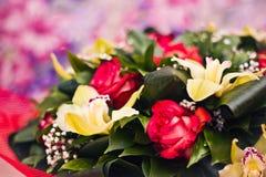 Primo piano del mazzo delle rose e di Alstroemeria Fotografia Stock