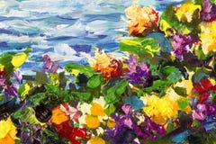 Primo piano del mestichino e della pittura a olio I fiori viola rossi gialli in un'erba verde contro un fondo del mare blu ondegg Fotografia Stock