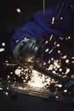 Primo piano del metallo di taglio del lavoratore con la smerigliatrice Scintilla mentre frantumano il ferro Profondità di campo b Immagine Stock Libera da Diritti