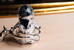 Primo piano del microfono a condensatore sulla tavola di legno, fotografia stock libera da diritti