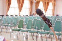 Primo piano del microfono nella stanza vuota di annuncio di riunione Fotografie Stock Libere da Diritti