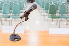 Primo piano del microfono nella stanza vuota di annuncio di riunione Immagini Stock Libere da Diritti