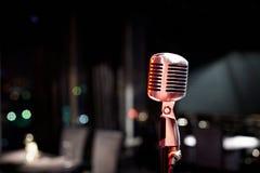 Primo piano del microfono in scena Immagini Stock