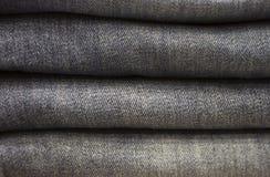 Primo piano del mucchio dei jeans, struttura, fondo immagini stock