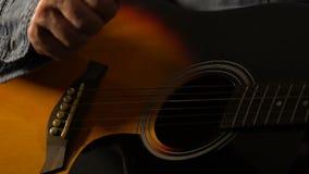 Primo piano del musicista che gioca chitarra acustica, ritmo ritenente e componente musica stock footage