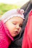 Primo piano del neonato che dorme pacificamente sopra il petto della madre Fotografia Stock