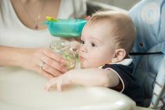 Primo piano del neonato d'alimentazione della madre con porridge Immagine Stock Libera da Diritti