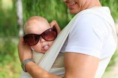 Primo piano del neonato in imbracatura Fotografie Stock