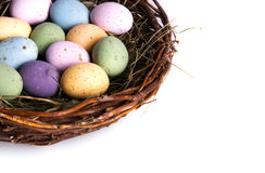 Primo piano del nido dell'uccello in pieno delle uova di Pasqua Immagini Stock