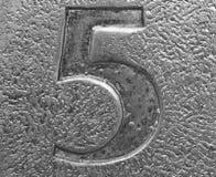 Primo piano del numero cinque impresso in metallo Immagine Stock