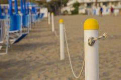 Primo piano del palo con la corda che divide la spiaggia privata Fotografie Stock