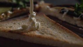 Primo piano del pane tostato della copertura della besciamella stock footage