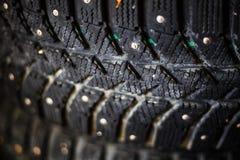 Primo piano del passo delle ruote di gomma di inverno per un'automobile con le punte Immagine Stock