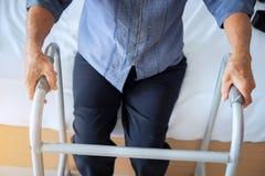 Primo piano del paziente femminile che si muove con il camminatore, usin senior della donna fotografia stock libera da diritti