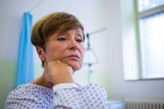 Primo piano del paziente senior triste che si siede su un letto immagine stock libera da diritti