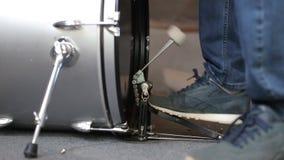 Primo piano del pedale commovente della spigola del tamburo del piede del batterista stock footage