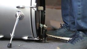 Primo piano del pedale commovente della spigola del tamburo del piede del batterista archivi video