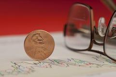 Primo piano del penny sul grafico. Immagine Stock