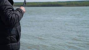 Primo piano del pescatore Catches un pesce video d archivio