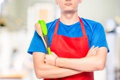 primo piano del petto dell'uomo in grembiule con la cucina fotografia stock libera da diritti