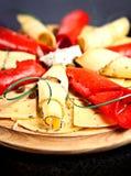 Primo piano del piatto con differenti fette di formaggio Fotografia Stock Libera da Diritti