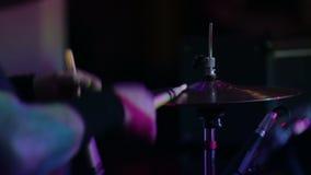 Primo piano del piatto nella banda rock di metalli pesanti video d archivio