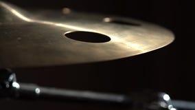 Primo piano del piatto nella banda rock di metalli pesanti, movimento lento archivi video