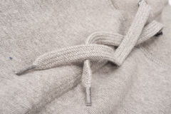 Primo piano del pizzo di maglia con cappuccio di Grey Sweatshirt Immagini Stock