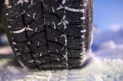 Primo piano del pneumatico di inverno sulla strada Fotografia Stock Libera da Diritti
