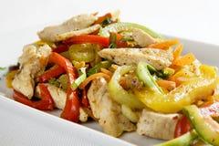 Primo piano del pollo con le verdure Fotografia Stock Libera da Diritti