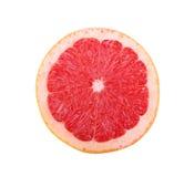 Primo piano del pompelmo succoso luminoso Gli agrumi rossi rotondi con una polpa acida e succosa isolata su un fondo bianco Fotografia Stock Libera da Diritti
