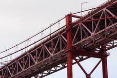 Primo piano del ponte sospeso rosso della trave di acciaio contro il cielo grigio Immagini Stock Libere da Diritti