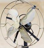 Primo piano del proteggi lama anziano del ventilatore da tavolo Immagini Stock
