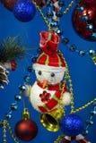 Primo piano del pupazzo di neve del pupazzo di neve del nuovo anno di Natale su fondo blu immagine stock libera da diritti