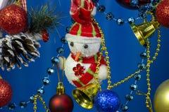 Primo piano del pupazzo di neve del pupazzo di neve del nuovo anno di Natale su fondo blu immagini stock libere da diritti