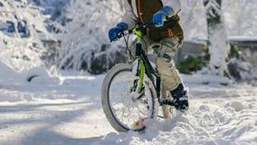 Primo piano del ragazzo con la bicicletta Immagine Stock