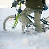 Primo piano del ragazzo con la bicicletta Fotografie Stock