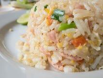 Primo piano del riso fritto sul piatto bianco Fotografie Stock Libere da Diritti