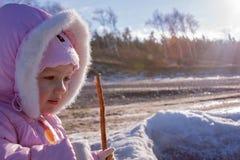 Primo piano del ritratto della ragazza del bambino all'aperto Fotografia Stock