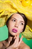 Primo piano del ritratto di fascino di una giovane donna in cappello giallo Fotografia Stock